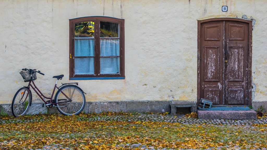 Bicycle leaning against the wall of a building in the courtyard