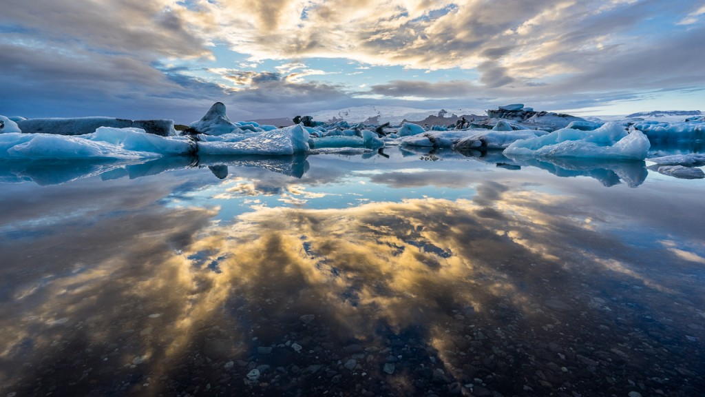 Sunset view of the ice floating in Jökulsárlón